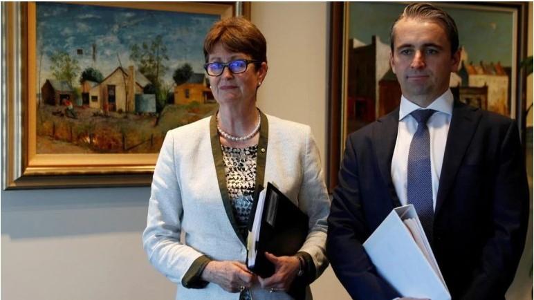 Chủ tịch Ngân hàng Commonwealth Úc - Catherine Livingstone và Giám đốc điều hành - Matt Comyn trao đổi cùng truyền thông tại văn phòng Sydney, Úc (Ảnh: Reuters)
