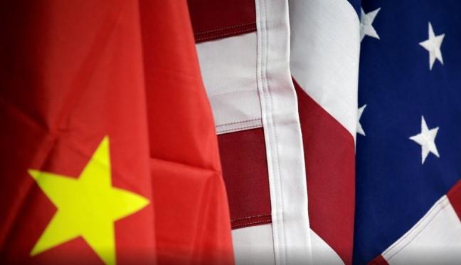 Cờ của Hoa Kỳ và Trung Quốc được trưng bày tại gian hàng của AICC trong Hội chợ thương mại dịch vụ quốc tế Trung Quốc tại Bắc Kinh