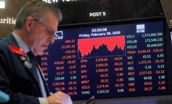 Cổ phiếu thế giới trượt dài sau những tin tức nghiệt ngã về các nền kinh tế Mỹ, EU