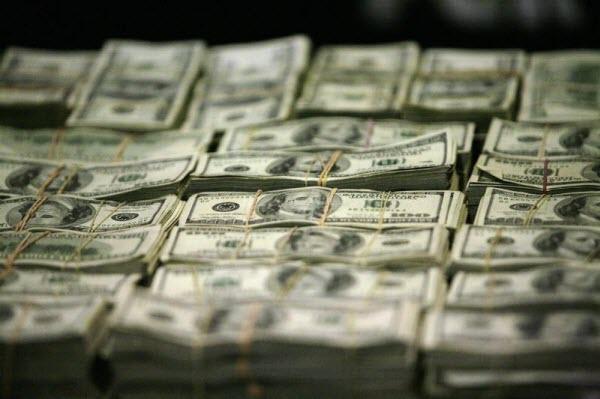 Sau báo cáo kinh tế ảm đạm là sự mất giá của đồng đô-la Mỹ